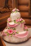 Pastel de bodas con el lujo adornado en banquete de boda Imagenes de archivo