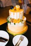 Pastel de bodas con gradas con la naranja Imágenes de archivo libres de regalías
