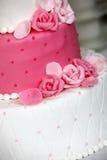 Pastel de bodas con gradas con las rosas rosadas Foto de archivo libre de regalías