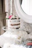 Pastel de bodas con la luz de la naturaleza de las flores fotos de archivo libres de regalías