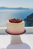 Pastel de bodas con las bayas frescas Fotografía de archivo libre de regalías