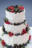 Pastel de bodas con las bayas frescas imagenes de archivo