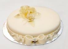 Pastel de bodas con las decoraciones Imagenes de archivo