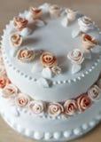 Pastel de bodas con las decoraciones color de rosa Imagen de archivo