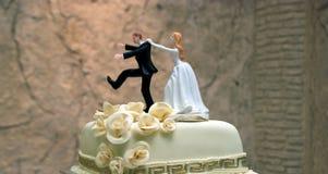 Pastel de bodas con las estatuillas Imágenes de archivo libres de regalías