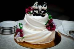 Pastel de bodas con las estatuillas Fotos de archivo libres de regalías