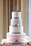 Pastel de bodas con las flores Imagenes de archivo