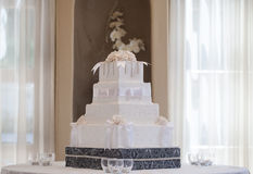Pastel de bodas con las flores Fotografía de archivo