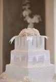 Pastel de bodas con las flores Fotografía de archivo libre de regalías