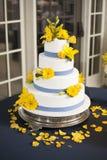 Pastel de bodas con las flores amarillas Fotos de archivo libres de regalías