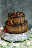 Pastel de bodas con las fresas Foto de archivo libre de regalías