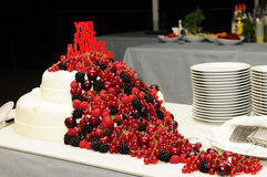 Pastel de bodas con las frutas rojas foto de archivo