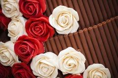Pastel de bodas con las rosas del azúcar Fotos de archivo