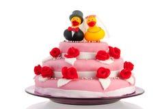 Pastel de bodas con los patos divertidos de los pares Imágenes de archivo libres de regalías