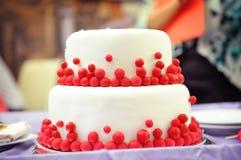 Pastel de bodas de dos niveles, adornado en el estilo de marsala Fotos de archivo libres de regalías
