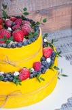 Pastel de bodas de dos niveles con los arándanos y las fresas con el euc Foto de archivo