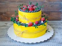 Pastel de bodas de dos niveles con los arándanos y las fresas con el euc Imagen de archivo