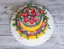 Pastel de bodas de dos niveles con los arándanos y las fresas con el euc Fotos de archivo