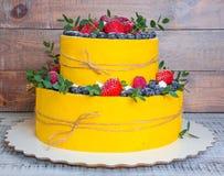 Pastel de bodas de dos niveles con los arándanos y las fresas con el euc Imagenes de archivo