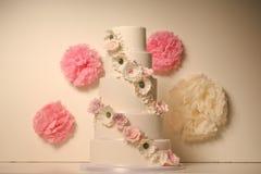 Pastel de bodas de la vainilla con las rosas Imagenes de archivo
