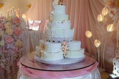 Pastel de bodas de niveles múltiples dulce grande adornado con las flores Concepto de barra de caramelo en partido Foto de archivo libre de regalías