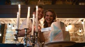 Pastel de bodas del corte de novia y del novio almacen de metraje de vídeo