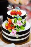 Pastel de bodas del oro adornado con las flores del azúcar blanco Fotografía de archivo