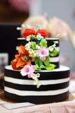 Pastel de bodas del oro adornado con las flores del azúcar blanco Foto de archivo libre de regalías