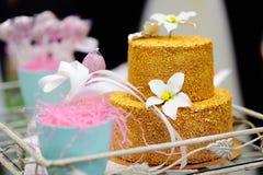 Pastel de bodas del oro adornado con las flores del azúcar blanco Imagen de archivo
