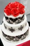 Pastel de bodas blanco y negro delicioso foto de archivo