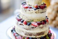 Pastel de bodas delicioso del chocolate adornado con las frutas y las bayas Fotos de archivo