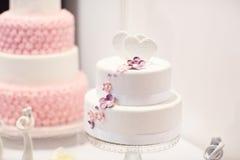 Pastel de bodas delicioso en blanco, nata y rosa imagenes de archivo