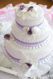 Pastel de bodas en la tabla Fotos de archivo