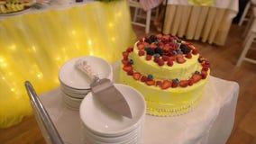 Pastel de bodas en la tabla antes del corte almacen de video