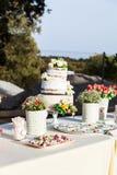 Pastel de bodas en una tabla dulce Imagenes de archivo