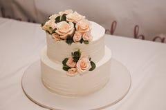 Pastel de bodas festivo con las flores, flores rosado-anaranjadas, litera, hermosa foto de archivo