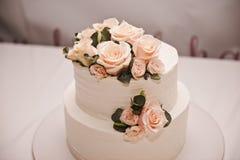 Pastel de bodas festivo con las flores, flores rosado-anaranjadas, litera, hermosa imagen de archivo