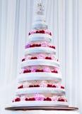 Pastel de bodas grande de varias filas adornado con las flores frescas Fotos de archivo libres de regalías