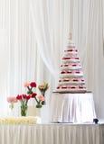 Pastel de bodas grande de varias filas adornado con las flores frescas Fotografía de archivo