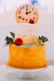 Pastel de bodas hermoso adornado con los relojes y las flores cerca para arriba Imágenes de archivo libres de regalías