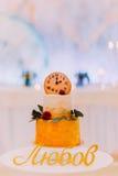 Pastel de bodas hermoso adornado con los relojes y las flores cerca para arriba Fotografía de archivo libre de regalías