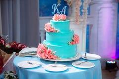 Pastel de bodas de niveles múltiples dulce grande adornado con las flores Concepto de barra de caramelo en partido Fotos de archivo
