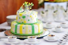 Pastel de bodas rayado Imagen de archivo libre de regalías