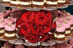 Pastel de bodas redondo con crema del plátano y Imagen de archivo libre de regalías