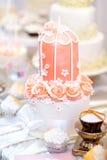 Pastel de bodas rosado adornado con las flores del azúcar Imagen de archivo libre de regalías