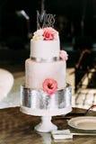 Pastel de bodas rosado asombroso adornado con las flores Fotos de archivo