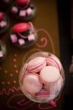 Pastel de bodas rosado de los macarrones Foto de archivo libre de regalías