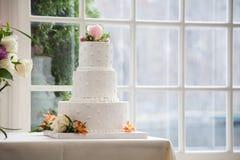 Pastel de bodas simple, elegante imagenes de archivo