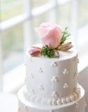 Pastel de bodas simple, elegante foto de archivo