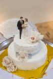 Pastel de bodas tradicional y decorativo en la recepción nupcial Imagen de archivo libre de regalías